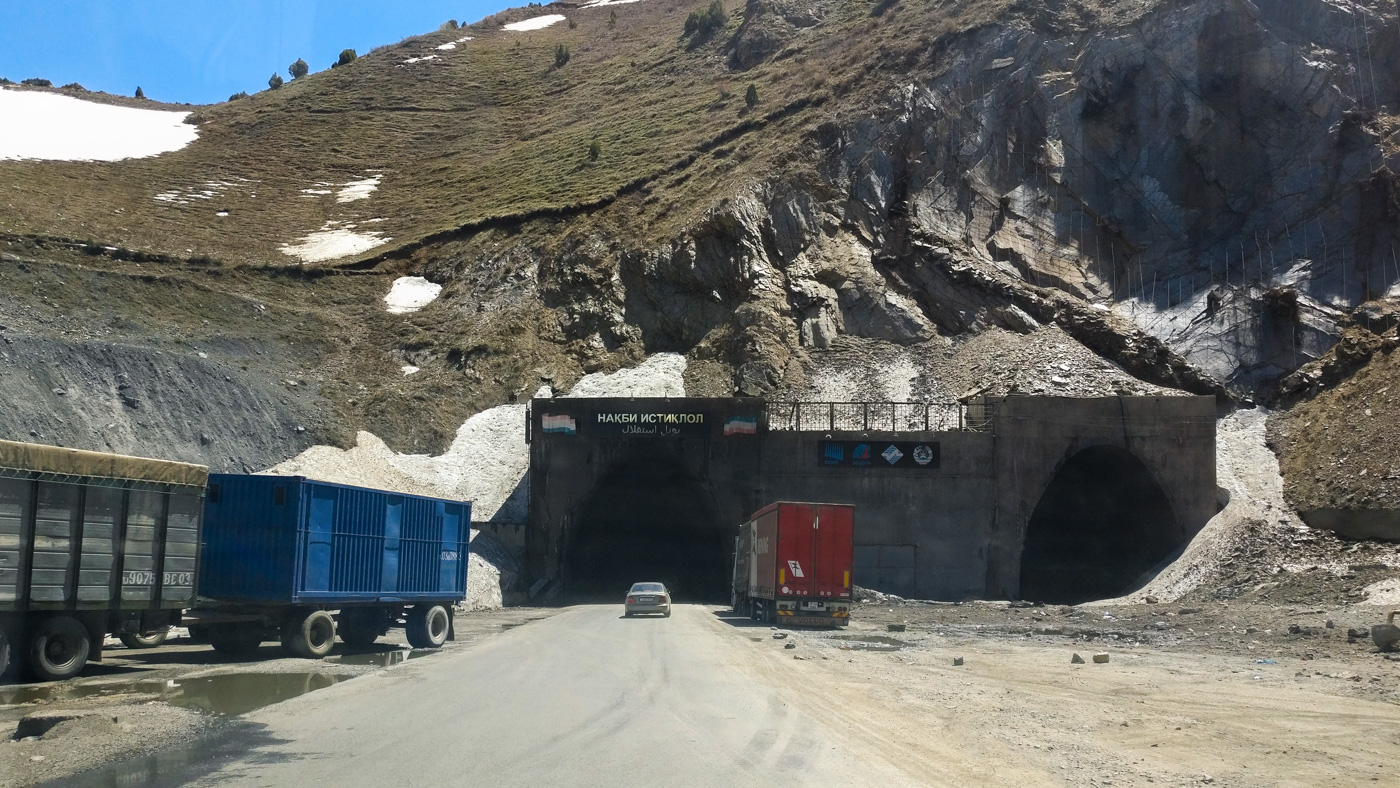 Abenteuer Pamir HighwayNordeinfahrt des Ansob-Tunnels – der Tunnel des Todes.