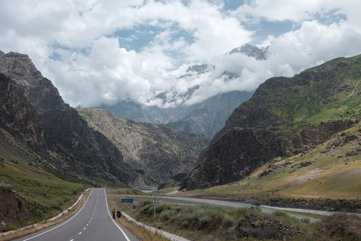 Trügerisch gute Asphaltqualität zu Beginn des Pamir Highway.