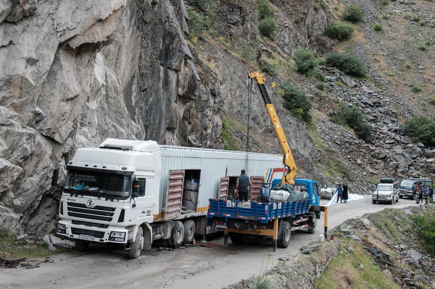 Abenteuer Pamir Highway - Ein liegen gebliebener LKW muss per Kran entladen werden.