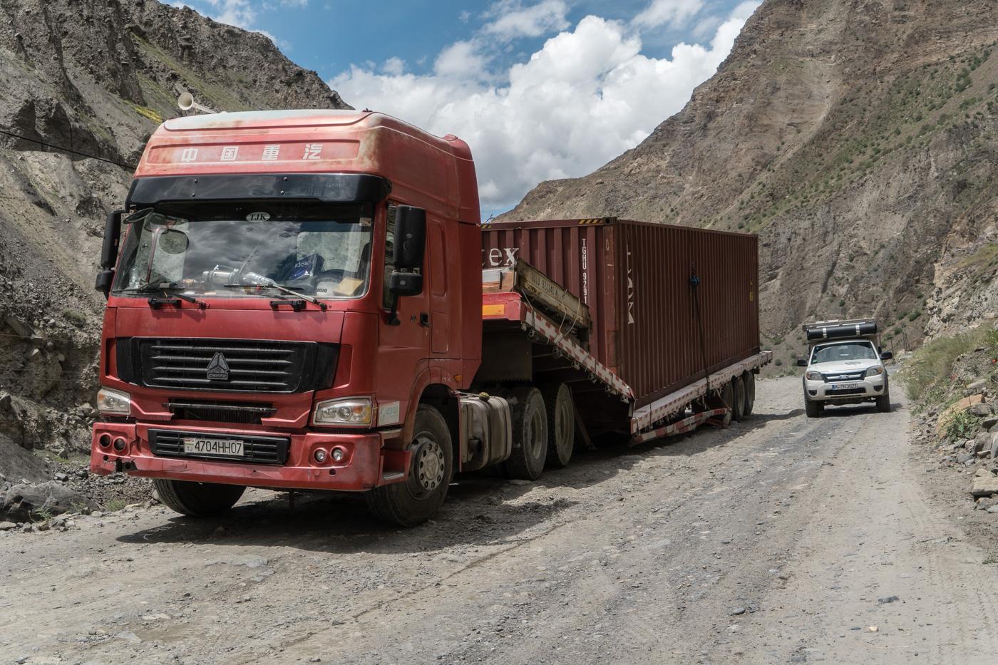 Abenteuer Pamir Highway - Die Schlaglöcher fordern Tribut: zerbrochener Anhänger eines tadschikischen LKW, Foto © Roland Häberli.