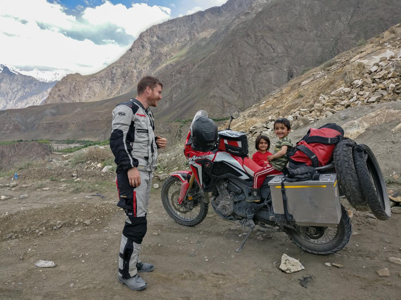 Die Begegnungen mit den Menschen machen die Fahrt über den Pamir Highway zu einem besonderen Erlebnis.