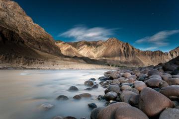 Blick über den Grenzfluss Pandsch nach Afghanistan in einer Vollmondnacht.