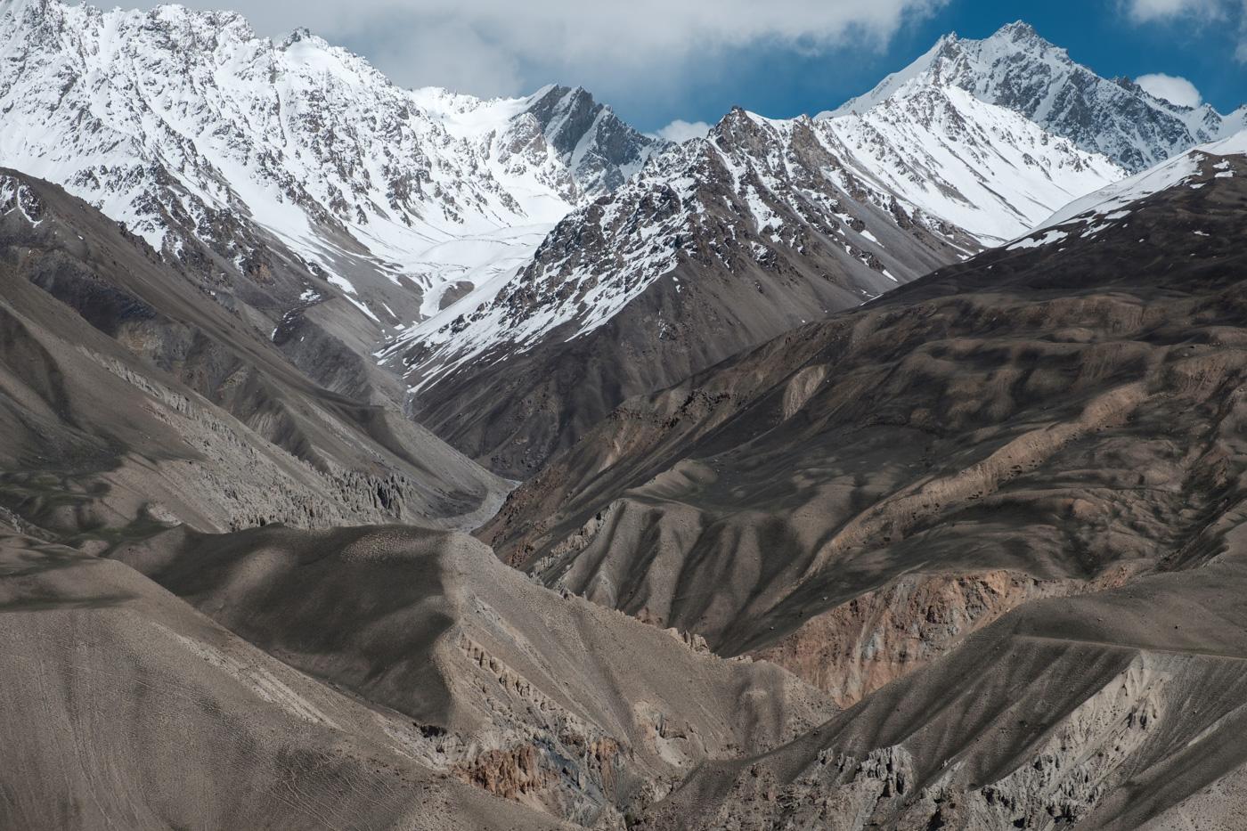 Um uns erheben sich die Berge auf 5.000 Meter und mehr.