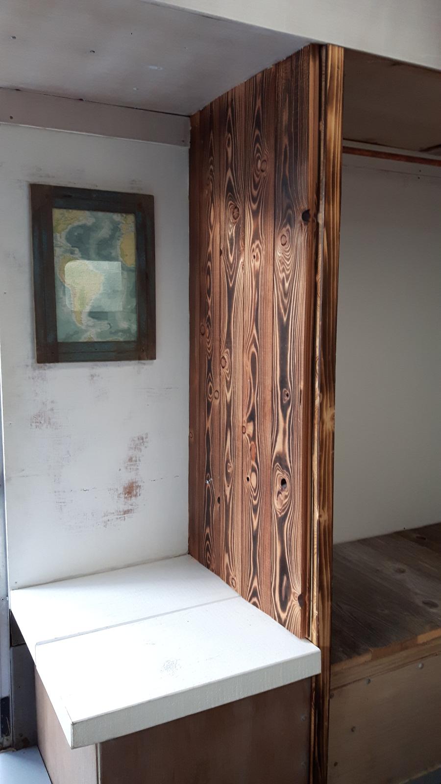 Sauber abgeflämmtes Holz.
