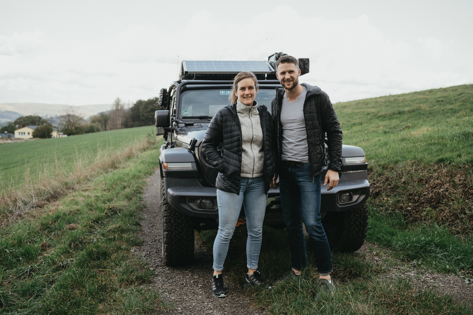 Stella und Tim vor ihrem Jeep Wrangler JLU Rubicon.