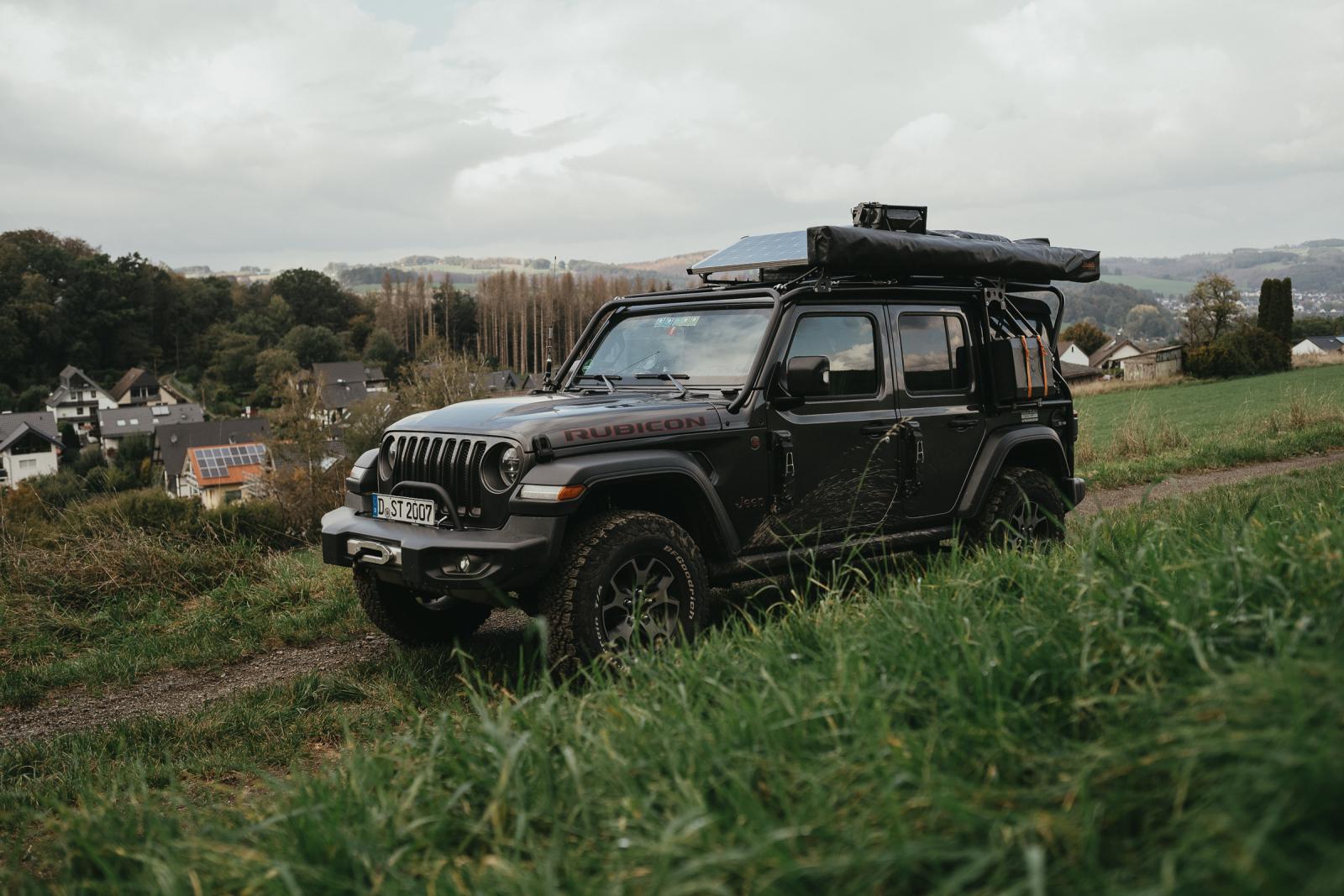 Stimmiges Gesamtbild, der Jeep Wrangler JLU Rubicon von Stella und Tim. Geschützt durch eine Träger-Überrollbügel-Kombination.