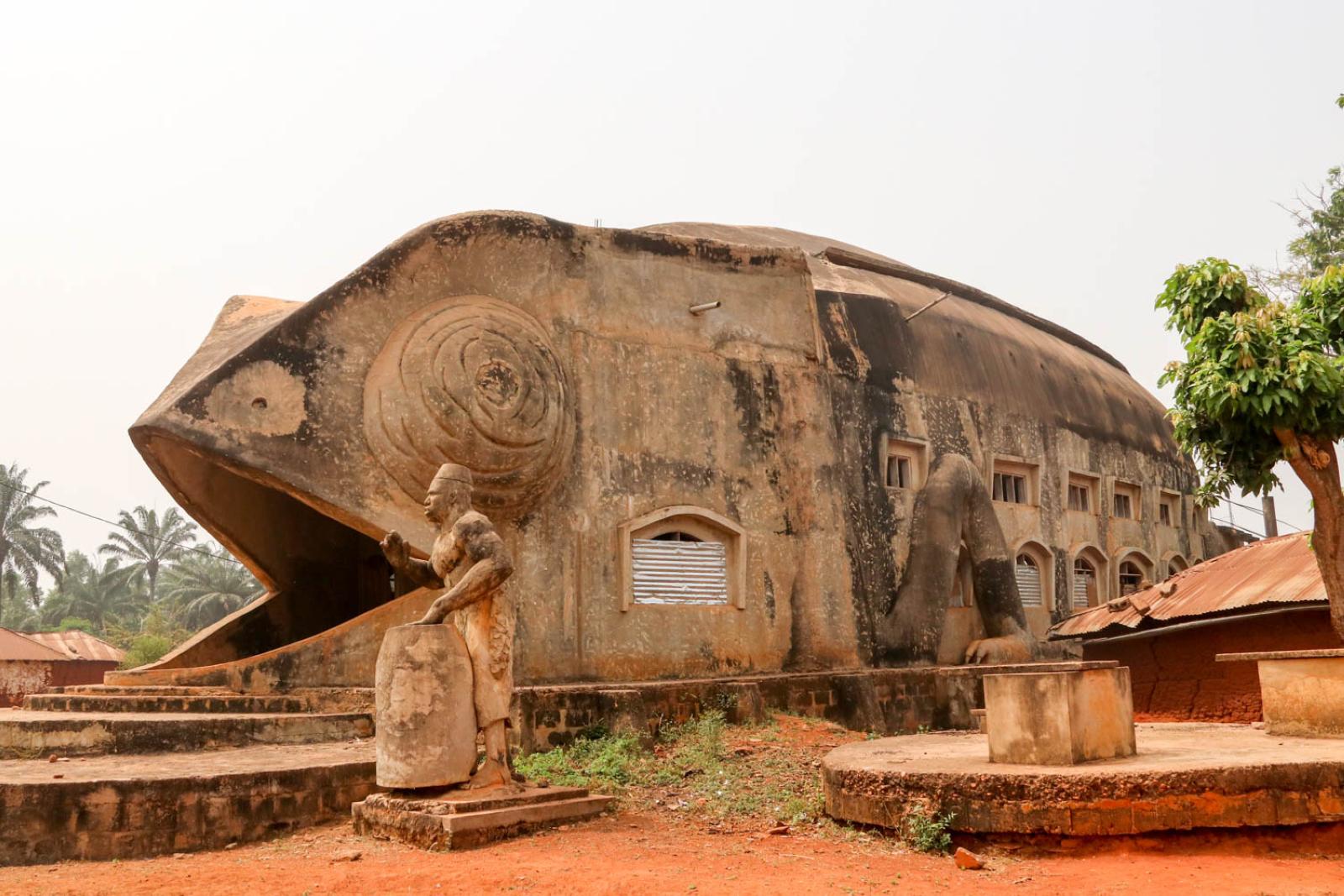 Eine von vielen Kuriositäten in Abomey: Der Chamäleon-Tempel