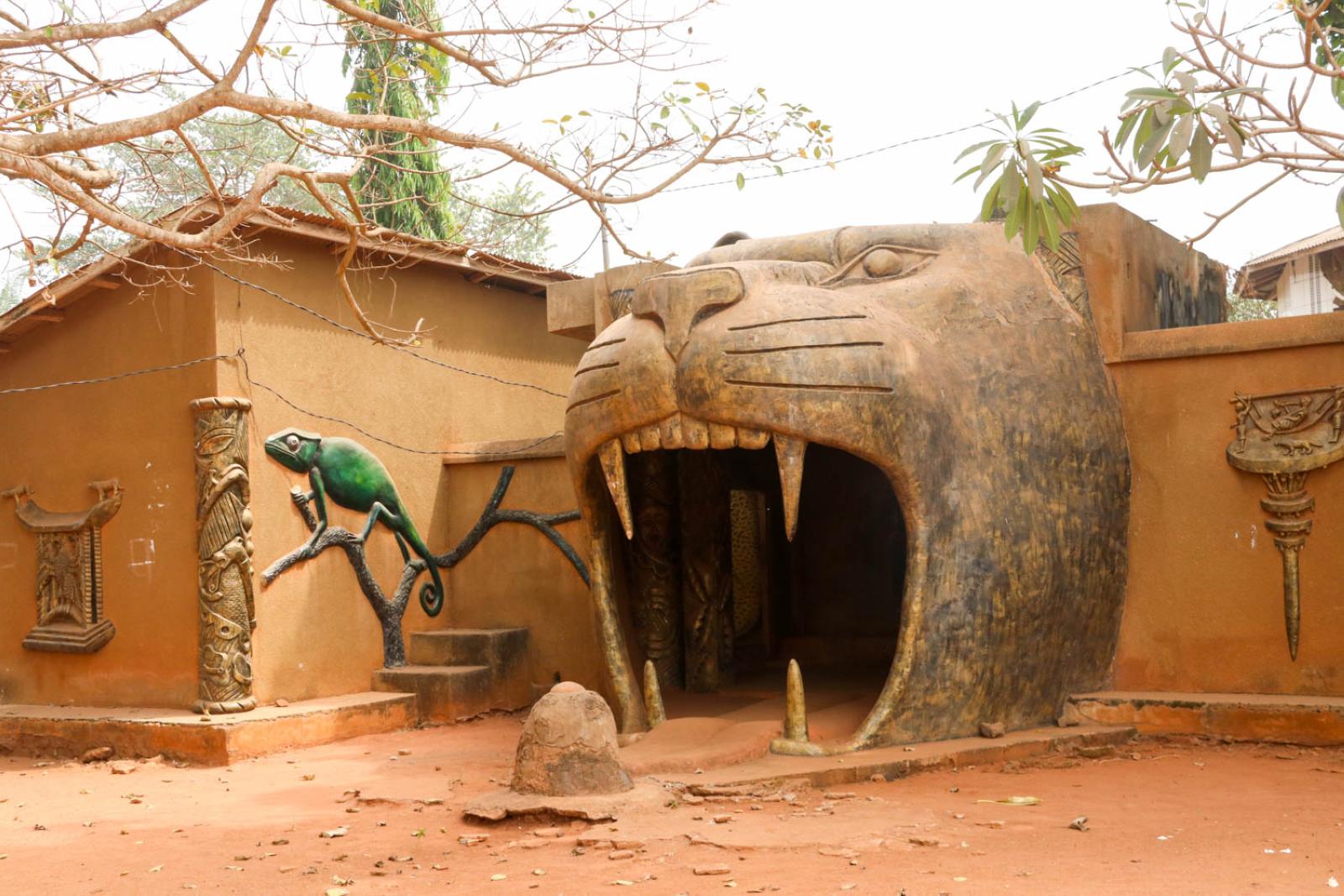 Dramatischer Tempeleingang in Abomey.