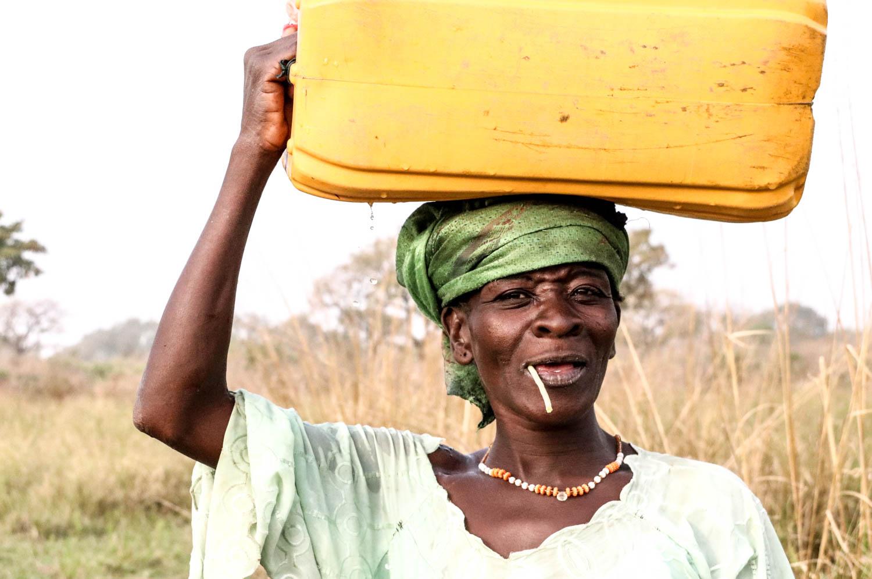 Starke togolesische Frau in schönem Licht.