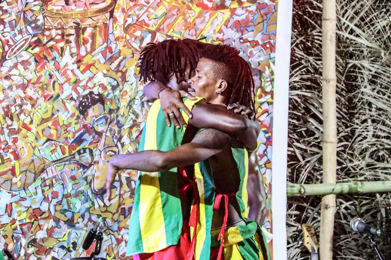 Abstandhalten war da noch kein Thema: Theatergruppe aus Lomé bei ihrer Performance.