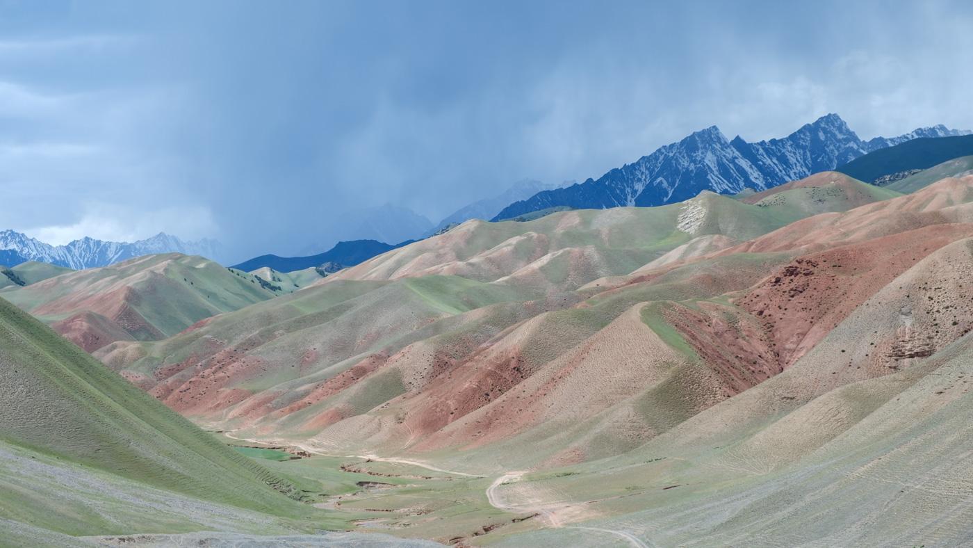 Berglandschaft in Kirgistan auf dem Weg von Sarytasch nach Osch.