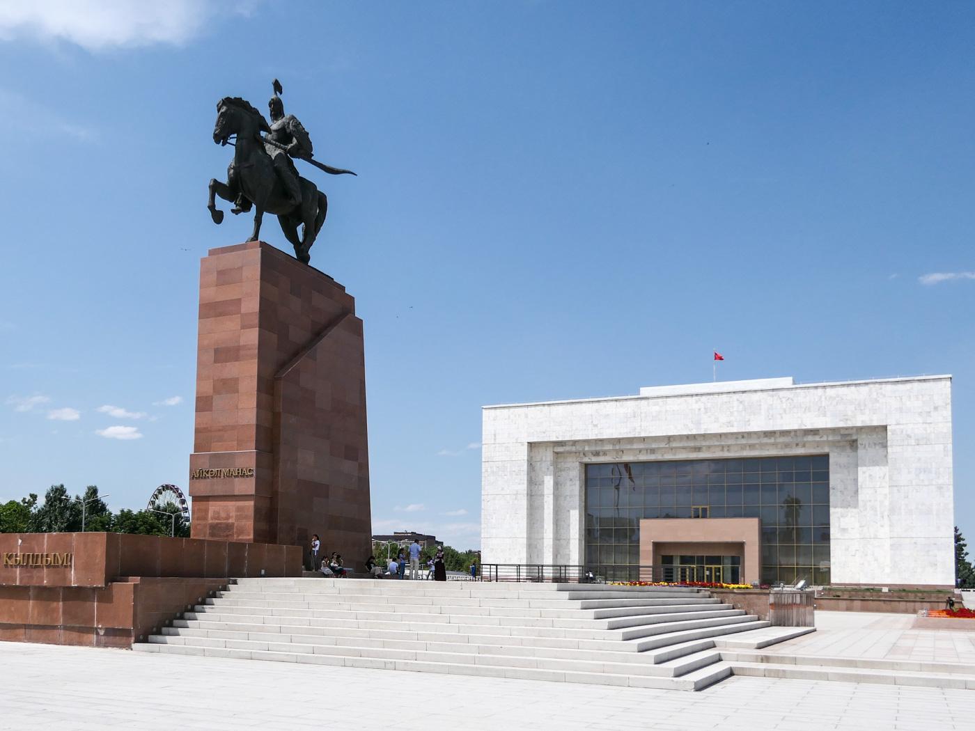 Manas Statue und State History Museum am Ala-Too-Platz in Bischkek.