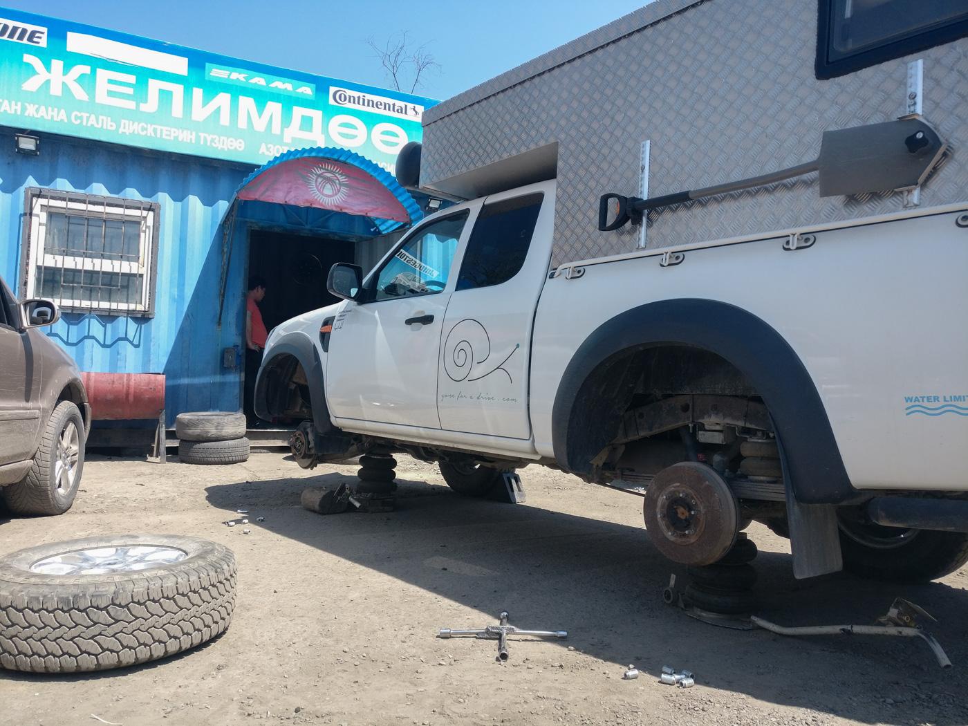 Reifen Tauschen und Wuchten auf dem Autobasar in Bischkek.