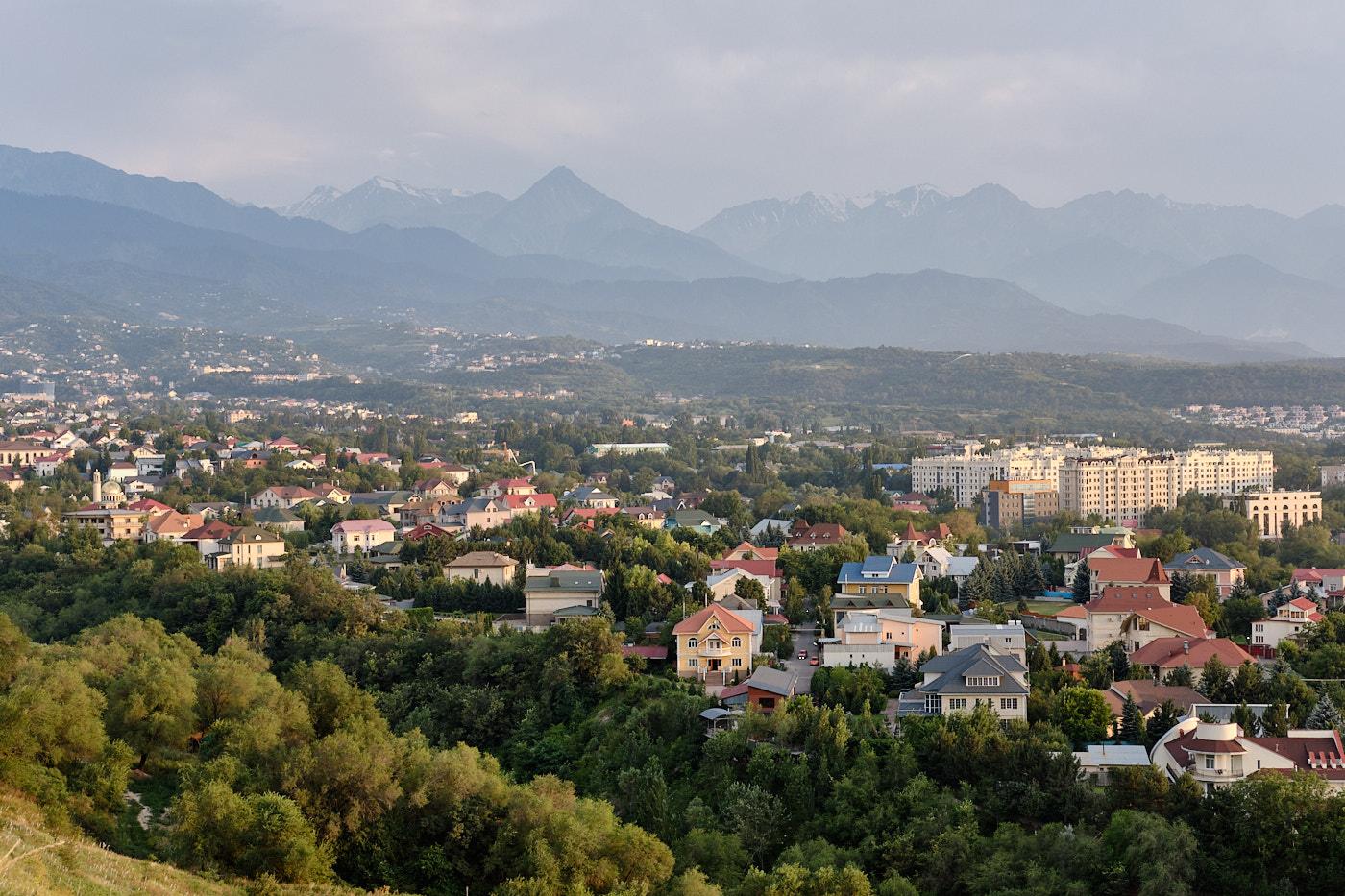 Almaty liegt sehr schön an den grünen Hängen des Tienschan-Gebirges.