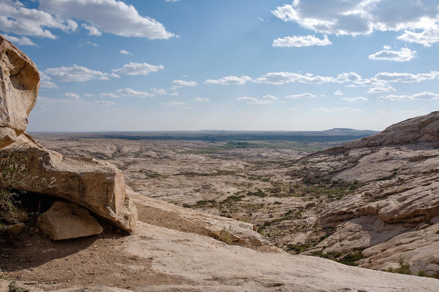 Transit durch Kasachstan - Völlig unerwartet erheben sich die Felsen von Bektau Ata aus der kasachischen Steppe.