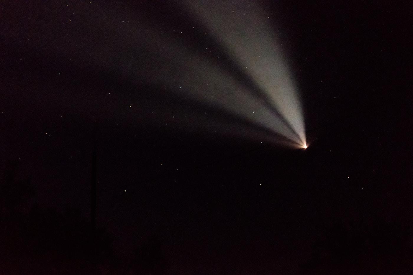 Transit durch Kasachstan - Raketenstart in Baikonur – ein gleißend heller Körper zieht seinen Schweif durch den Nachthimmel .