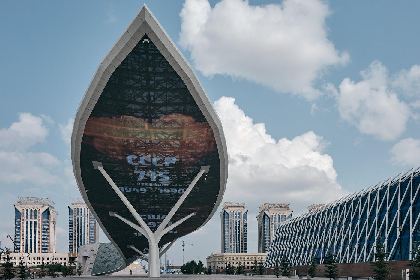 Wall of Peace Monument, basierend auf der Idee eines Anti-Atomkraft-Manifests des ersten Präsidenten Kasachstans. Die Eröffnung fand 2018 am Jahrestag der Schließung der nuklearen Testanlage Semipalatinsk statt.