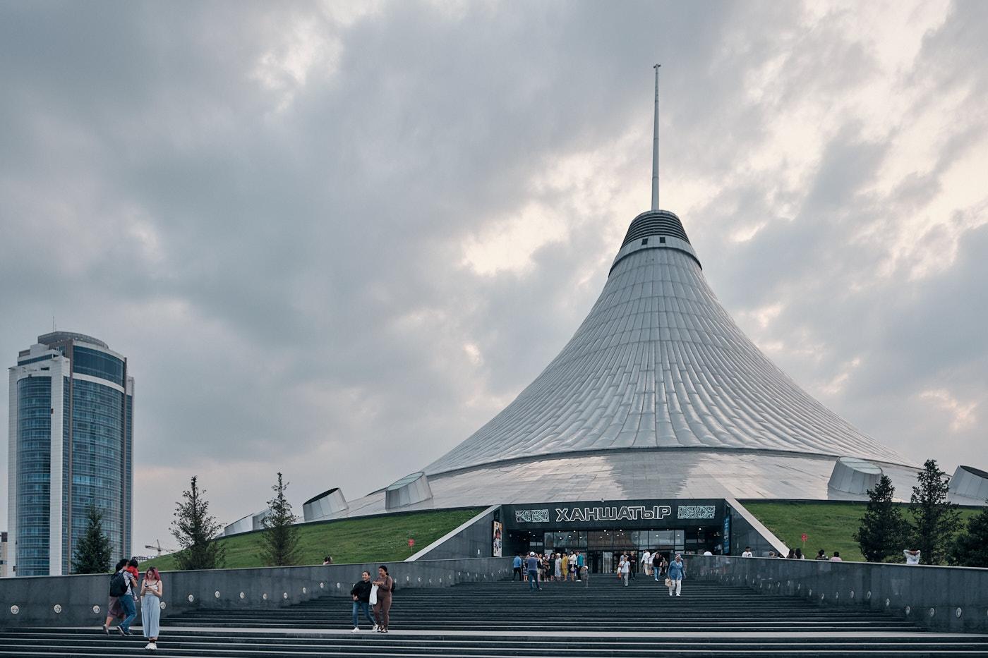 """Khan Shatyr Einkaufszentrum, entworfen von Fosters + Partners. Der Name bedeutet übersetzt """"königliches Zelt""""."""