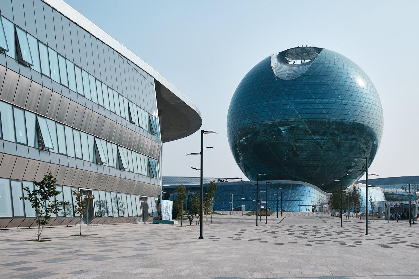 """Der Kasachstan-Pavillon """"The Sphere"""" der Expo 2017, eine Kugelkonstruktion aus Glas und Stahl mit einem Durchmesser von 80 Metern. Damit ist der Bau die größte geschlossene Sphäre, die bisher realisiert wurde."""