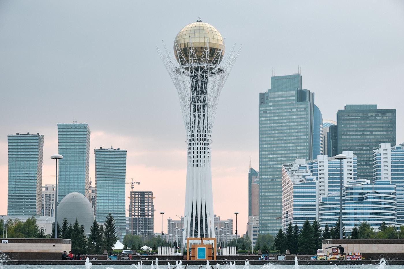 Der Bajterek-Turm symbolisiert einen Lebensbaum aus der kasachischen Mythologie. Die Kugel an der Spitze stellt ein Ei dar, welches der Vogel Samruk in eine Baumkrone gelegt hat.