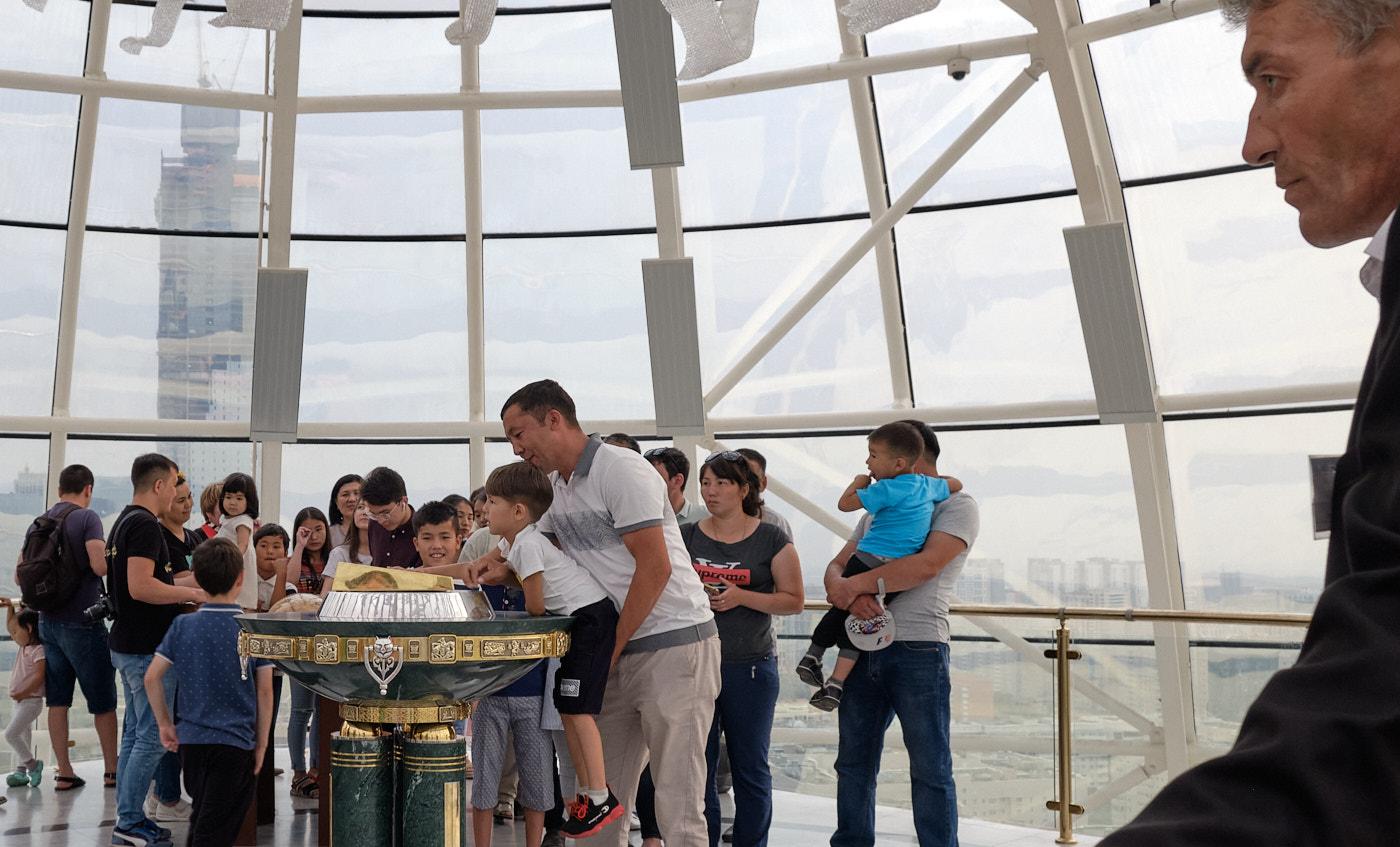 Die Kugel des Bajterek-Turms kann besucht werden. Dort findet sich ein Abdruck der rechten Hand von El Baschy, Nursultan Nasarbajew, des Führers der Nation. Eine lange Schlange Kasachen wartet darauf, die ihrige hineinlegen und sich gleichzeitig etwas wünschen zu dürfen.
