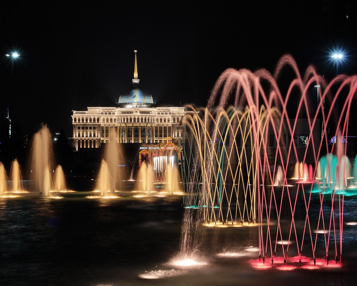Transit durch Kasachstan - Der Ak-Orda-Präsidentenpalast mit dem singenden Springbrunnen im Vordergrund, eine Wasser- und Lichtinstallation, die zu Musik abläuft.