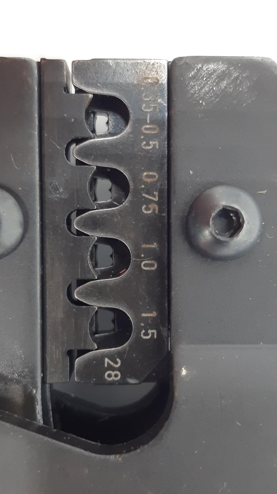 Angaben für den Kabelquerschnitt beim AMP Superseal. Gut ist die F-Crimp-Form bei der hinteren Reihe zu sehen.