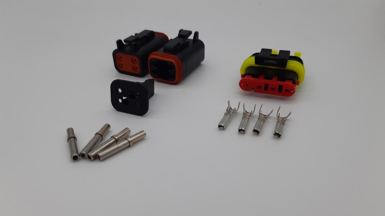 Links: Buchse DEUTSCH DT-Serie - Rechts: Buchse AMP Superseal