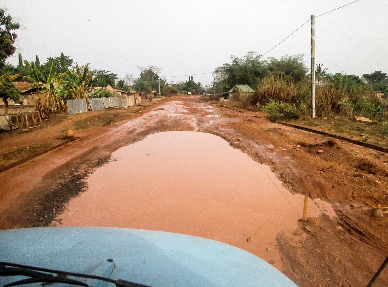Schlechte Straßenverhältnisse und die nahende Regenzeit verhindern eine schnelle Heimfahrt.