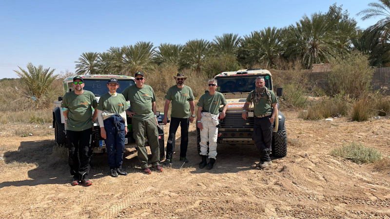 Die beiden Dream Dakar Teams. V.l.n.r. Daniel, Brigitte, Ulrich, Ralf, H.-C., Ali.