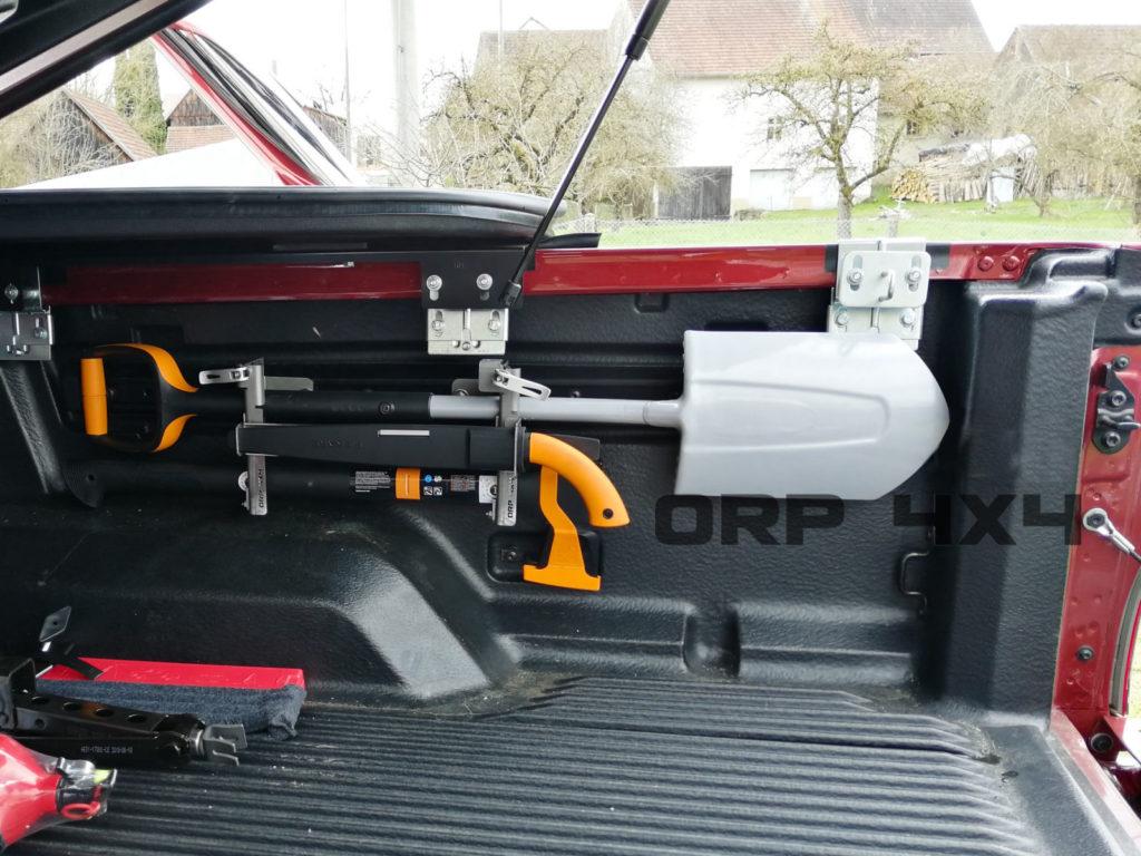 ORP 4x4 Fiskars Werkzeughalterung FTC bestehend aus Handsäge, Spaten und Spaltaxt